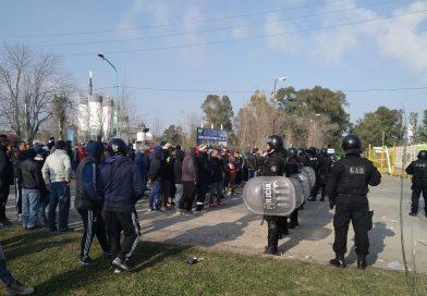 Nueva protesta de trabajadores de la Uocra en la planta de YPF en Ensenada
