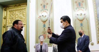 Steven Seagal visitó a Nicolás Maduro y le regaló una  espada japonesa