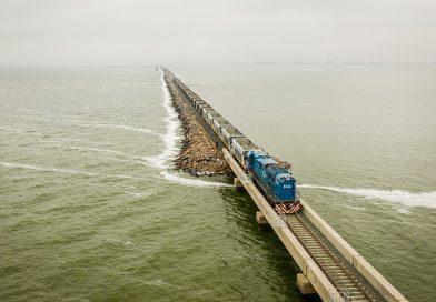 Un tren de pasajeros volvió a circular por el pedraplén de la laguna La Picasa (Video)